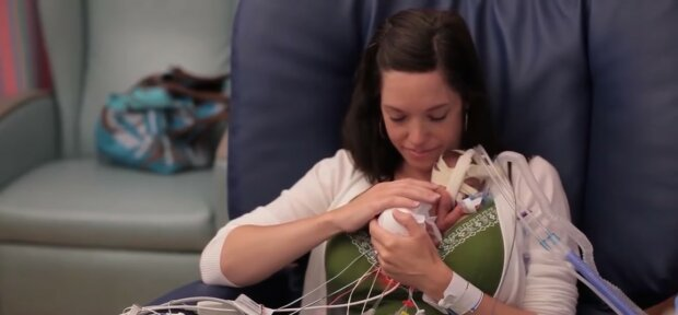Neugeborenes Baby mit seiner Mutter. Quelle: Youtube Screenshot