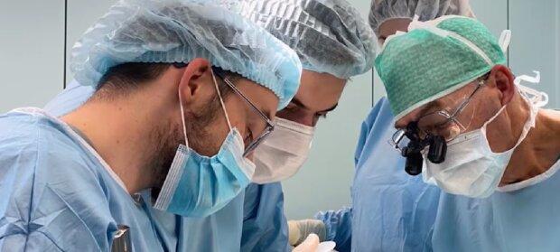 Die Operation. Quelle:Screenshot YouTube