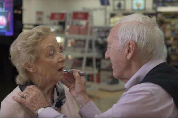 In Krankheit und Gesundheit: die Frau des 84-jährigen Mannes begann, die Sehkraft zu verlieren, und er lernte ihr Make-up zu machen