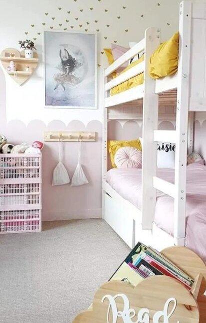 Wie eine Frau aus einem kleinen Kinderzimmer zwei Zimmer für ihre Töchter machte