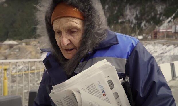 82-jährige Postbotin läuft bis zu 48 Kilometer über Bergstraßen, um Briefe und Zeitungen zuzustellen