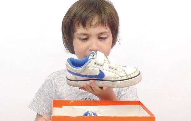 Junge und Turnschuhe. Quelle: Screenshot YouTube