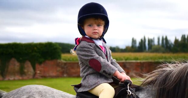 Kind auf dem Pferd. Quelle: YouTube Screenshot