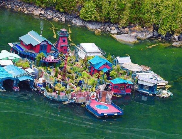 """""""Freedom Cove"""": In 25 Jahren baute ein Ehepaar aus Kanada ihr eigenes Manor auf dem Wasser"""