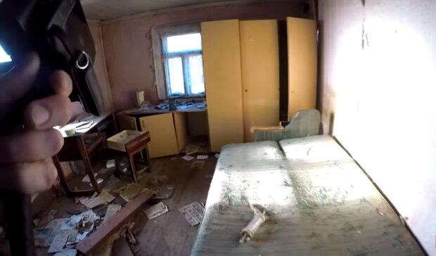 Zusammengebrochene Couch. Quelle:Screenshot YouTube