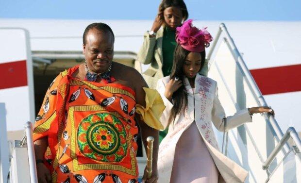 Wie ein 81-jähriger König lebt, der eine 20-jährige Frau geheiratet hat