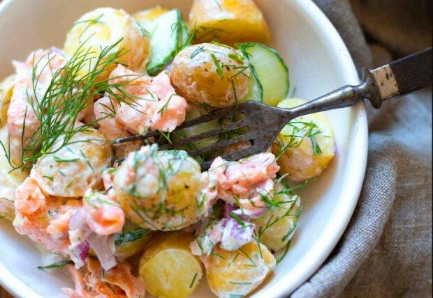 Schnelles Rezept für das leckere Mittagessen: Kartoffelsalat mit Räucherlachs
