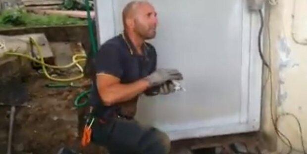 Der italienische Feuerwehrmann konnte die Gefühle nicht zurückhalten, als er ein Kätzchen rettete