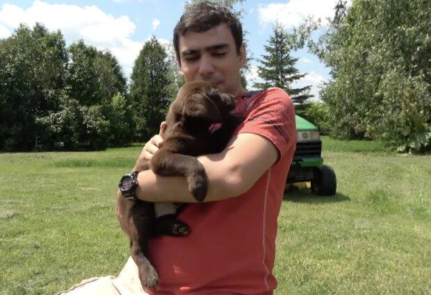 Hund und Besitzer. Quelle:Screenshot YouTube