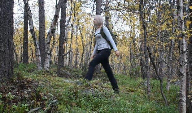 Frau im Wald. Quelle: YouTube Screenshot