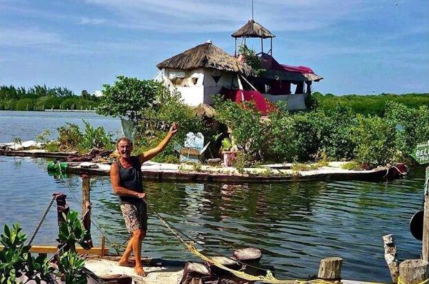 Um Nebenkostenabrechnung zu vermeiden: Ein findiger Mann hat eine Insel aus 150.000 Flaschen gebaut