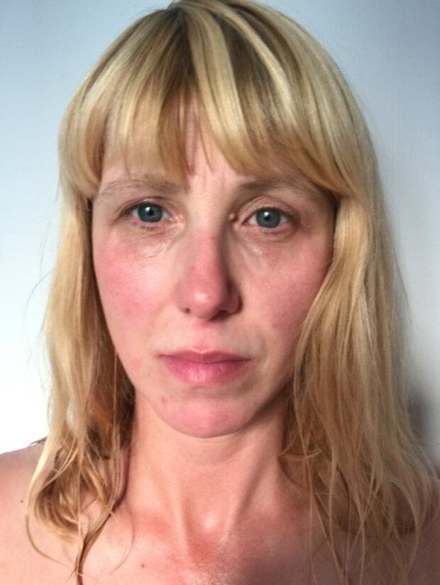 Die Mutter von drei Kindern zeihte, wie 36 Stunden ohne Schlaf ihr Aussehen beeinflussten