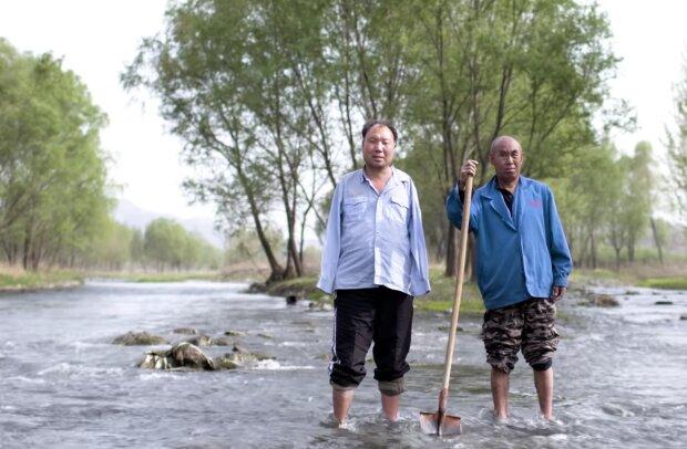 """""""Ich bin seine Hände und er ist meine Augen"""": Männer mit körperlichen Problemen pflanzen Bäume, um Dorf vor Überschwemmungen zu schützen"""