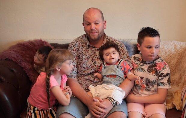 Ben und seine Adoptivkinder. Quelle: Screenshot Youtube