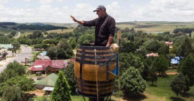 Diogenes des einundzwanzigsten Jahrhunderts: Warum ein südafrikanischer Taucher in einem Fass an einer Stange lebt