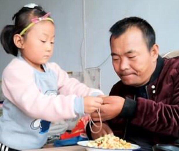 Ende der Kindheit: Ein sechsjähriges Mädchen kümmerte sich um seinen Vater, nachdem seine Mutter die Familie verlassen hatte