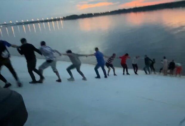 Menschenkette. Quelle: Screenshot Youtube