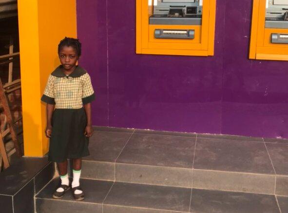 Das Mädchen machte seine Hausaufgaben im Licht der Geldautomaten: eine Bank beschloss, dass es an der Zeit war, das zu verändern