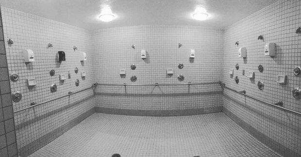 Mehr als Einsparungen: Warum öffentliche Duschen keine Türen und manchmal Vorhänge haben