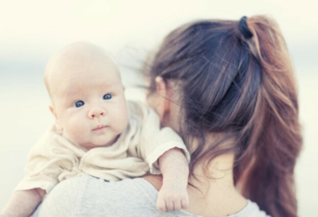 Wegen der gesundheitlichen Probleme musste sich eine Frau von ihrem Neugeborenen trennen: sie traf eigenes Kind erst nach 17 Jahren