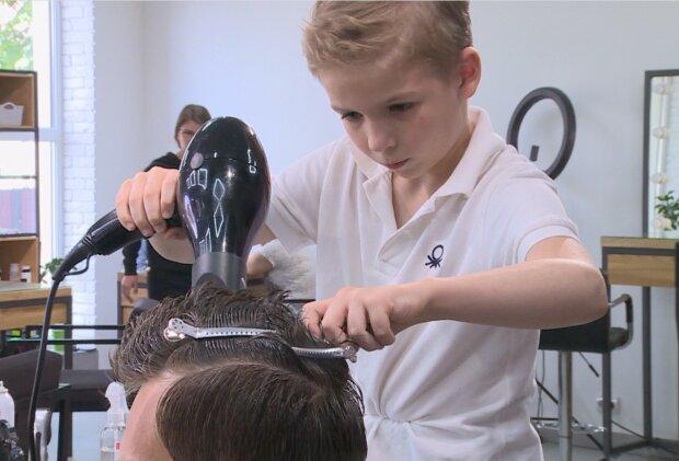 Kunstwerke: Ein 9 jähriger JungeFriseur schneidet professionell die Haare