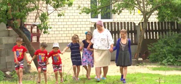 Paar ohne Kinder entscheidet sich für die Adoption von Drillingen und wird Eltern von sechs Kindern