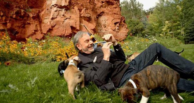 Neil Diamond umgeben von Welpen. Quelle: Youtube Screenshot