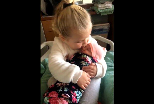 """""""Ich lasse dich nicht los"""": Ein dreijähriges Mädchen trifft zum ersten Mal seine Schwester"""