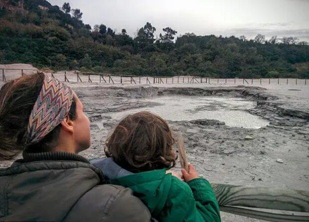 Heimunterricht: eine britische Familie beschloss, Kinder zur Schule nicht zu schicken, sondern mit ihnen um die Welt zu reisen