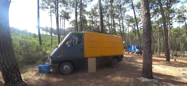 """""""Ich habe mein Glück gefunden"""": Ein Mädel tauschte einen anständigen Job gegen ein freies Leben in einem Minibus ohne Dusche"""