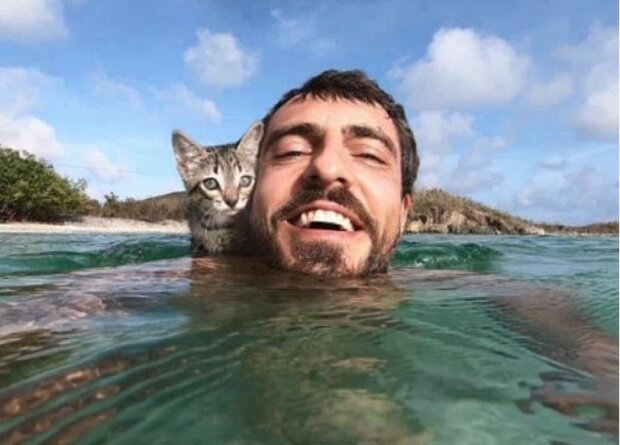 """""""Wahre Liebe"""": Kitty verlässt ihren Meister nicht einmal eine Minute lang, sie hat sogar gelernt, im Meer zu schwimmen"""