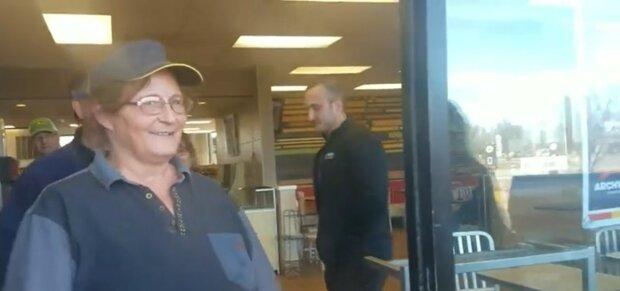 Hilfe für Bedürftige : wie sich der Kunde bei einer Fast-Food-Mitarbeiterin bedankte