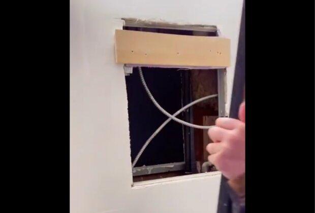 Frau fand eine versteckte Wohnung hinter dem Spiegel. Quelle: Screenshot Youtube