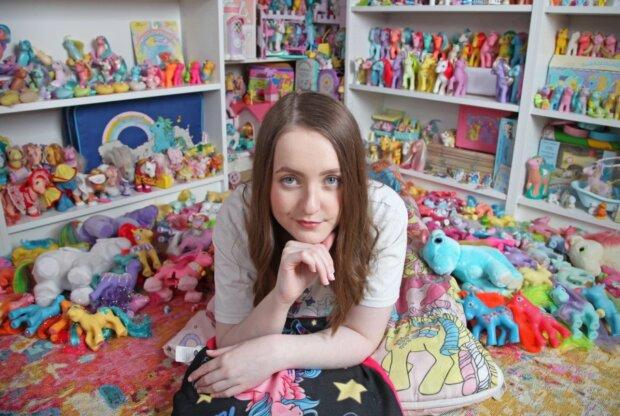 Aber nicht einsam: Warum eine junge Frau 20.000 für eine Sammlung ihrer Lieblingsspielzeuge ausgab