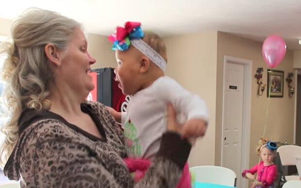 Kimberly Fugate mit ihrer Tochter. Quelle: YouTube Screenshot