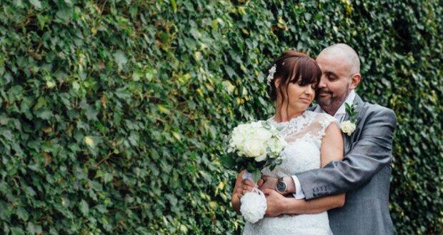 Die Braut rasierte sich während der Hochzeit, um den Bräutigam zu unterstützen