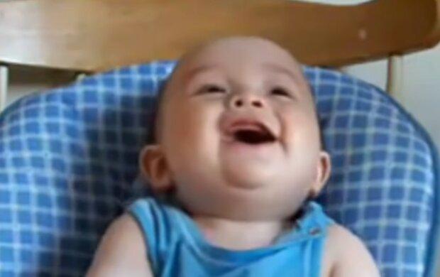 Lachender Sohn. Quelle: YouTube Screenshot