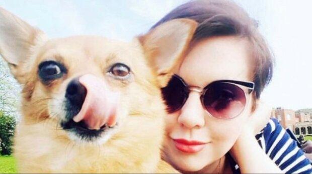 Das Mädchen lehnte ihren Traummenschen ab und bevorzugte ihre Hundin. Sie hatte Gründe dafür