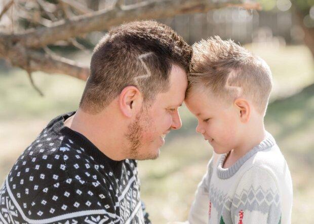 Ein fünfjähriges Kind schämt sich wegen der Narben auf seinem Kopf, und sein Vater hat sich einen Haarschnitt gemacht, um es zu unterstützen