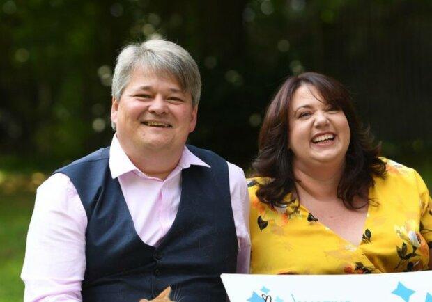 Ein einfaches Paar gewann in einer Lotterie 293 Millionen Dollar und gab sie für wohltätige Zwecke