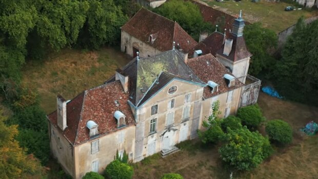 Touristen fanden ein französisches Haus, das seit 20 Jahren verlassen ist, und beschlossen, hineinzugehen