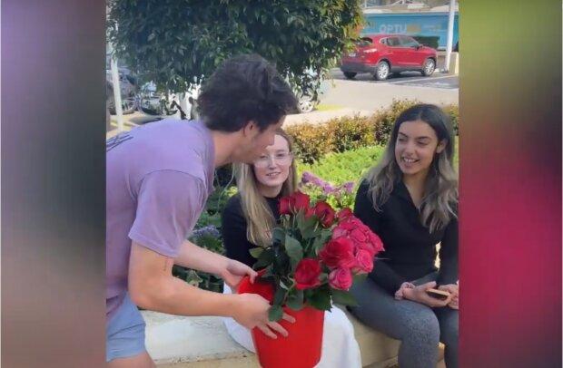Student schenkt den Fremden gute Laune und bringt sie zum Lächeln. Quelle: Screenshot Youtube