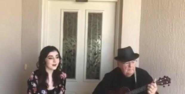 Sie singt, er spielt: Ein 81-jähriger Mann hat gelernt, seine Enkelin zu begleiten