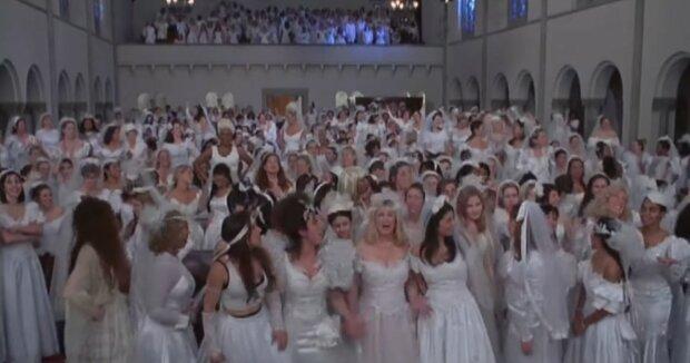 Eine Menge Bräute. Quelle: Youtube Screenshot