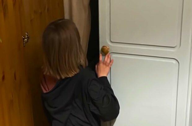 Ein luxuriöses Geschenk war hinter der Tür versteckt. Quelle: Screenshot YouTube