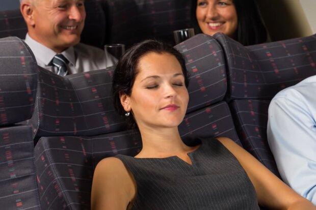 Frau ist im Flugzeug eingeschlafen. Quelle: Screenshot Youtube