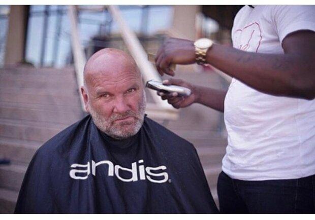 Bumerang der Güte: Ein Mann schnitt die Haare den Obdachlosen auf der Straße kostenlos und bekam einen Job