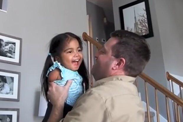 Familie adoptierte ein besonderes Mädchen. Quelle: Screenshot Youtube