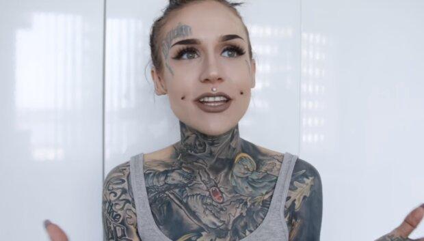 Frau und Tatto. Quelle: Screenshot YouTube