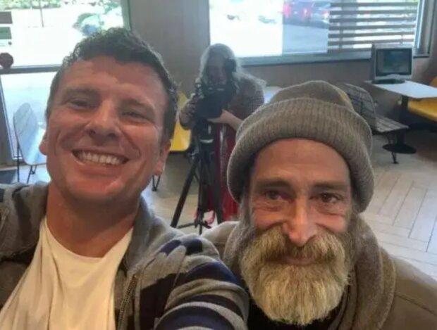 """""""Gutes kommt immer wieder zurück"""": Ein obdachloser Mann gab das letzte Geld aus, um einer Person zu helfen, und erhielt eine Belohnung"""